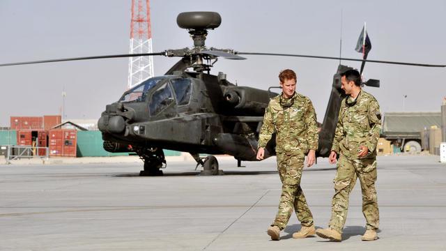 Le prince Harry devant un hélicoptère Apache à  Camp Bastion le 7 septembre 2012 en Afghanistan [John Stillwell / AFP/Archives]