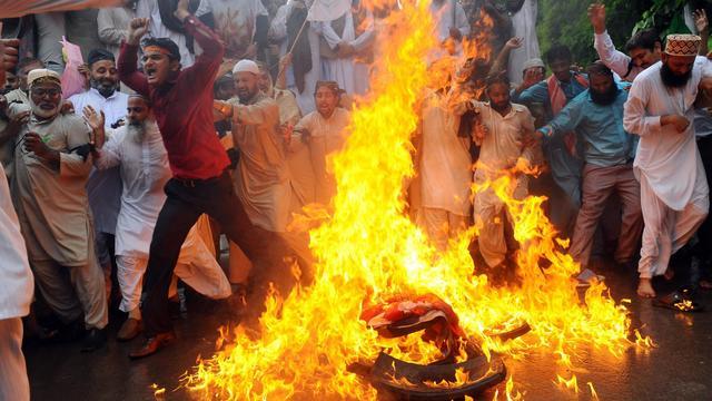 Des manifestants musulmans pakistanais mettent le feu à un drapeau américain, le 17 septembre 2012 à Lahore [Arif Ali / AFP]