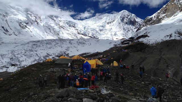 Photo fournie par les autorités népalaises montrant des secouristes sur le camp de base du Mount Manaslu après l'avalanche, le 23 septembre 2012 [ / Simrik Air/AFP/Archives]