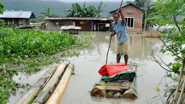 Un villageois se déplace sur un radeau dans la zone inondée de Mayong, le 25 septembre 2012 [Biju Boro / AFP]