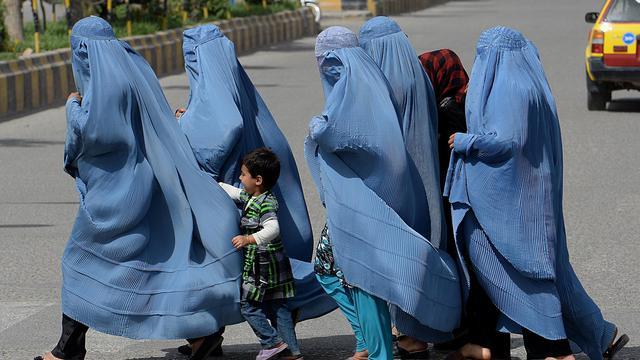 Des femmes traversent une route en Afghanistan [Shah Marai / AFP/Archives]