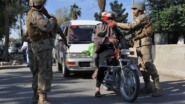 Des soldats de l'armée afghane à un point de contrôle dans Jalababad en Afghanistan, le 28 avril 2013 [Noorullah Shirzada / AFP/Archives]