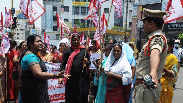 Des membres de la Fédération nationale des femmes indiennes (NFIW) manifestent, le 2 mai 2013 à Hyderabad [Noah Seelam / AFP/Archives]