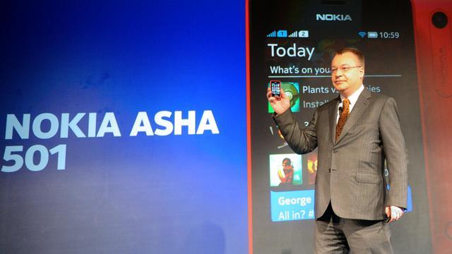 Le PDG de Nokia Stephen Elop présente le nouvel Asha 501, le 9 mai 2013 à New Delhi [Raveendran / AFP]