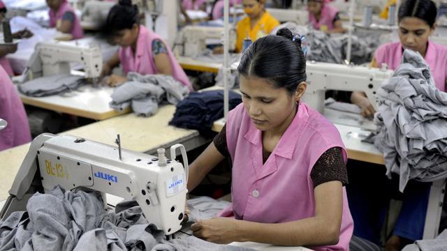 Des ouvrières travaillant dans une usine de textile à Dacca en 2009 [Munir Uz Zaman / AFP/Archives]
