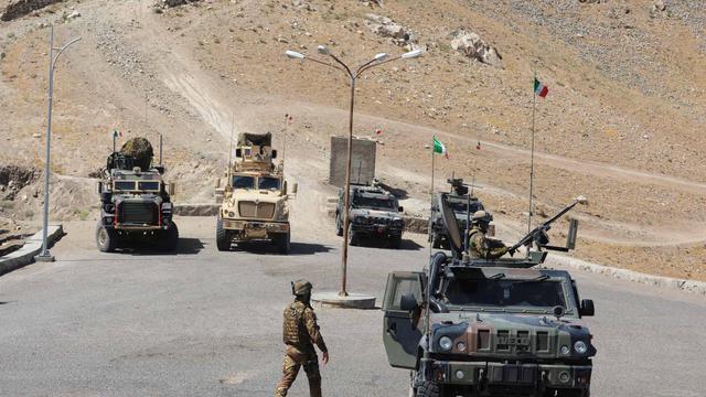 Un soldat italien se dirige vers son véhicule, le 19 mai 2013 à Hérat, dans l'ouest de l'Afghanistan [Aref Karimi / AFP/Archives]
