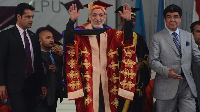 Hamid Karzaï (c) reçoit un diplôme honorifique le 20 mai 2013  de l'université Lovely Professional au Pendjab (nord), en Inde [Narinder Nanu / AFP]