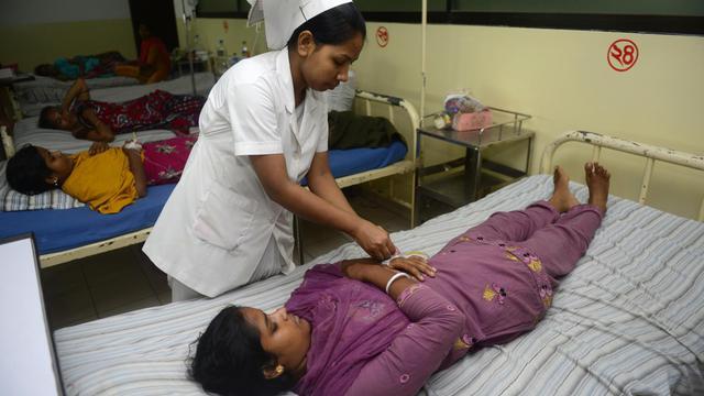 Des ouvrières du textile reçoivent des soins après avoir été intoxiquées en buvant de l'eau sur le lieu de travail à Dacca, le 6 juin 2013 [Munir Uz Zaman / AFP/Archives]