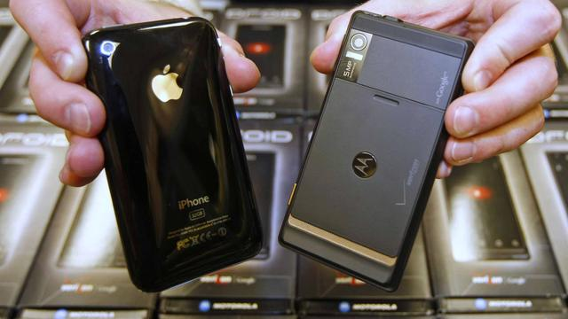 Un iPhone (g) et un motorola (d) datant de novembre 2009 [George Frey / Getty Images/AFP/Archives]