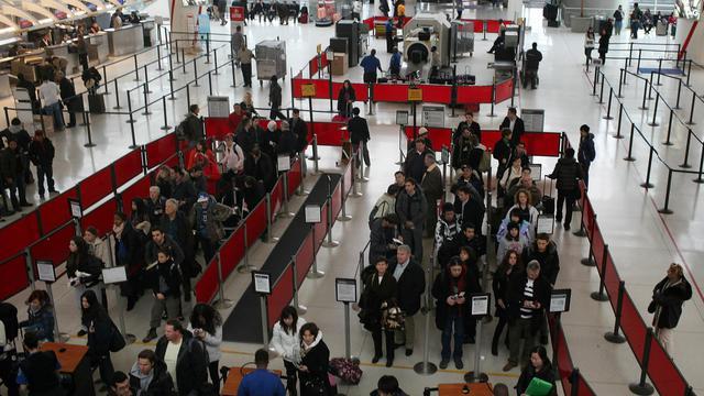 Des personnes attendent pour embarquer dans un aéroport américain en 2010 [Spencer Platt / Getty Images/AFP/Archives]