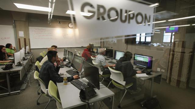 Le site internet spécialiste des bonnes affaires Groupon est revenu aux bénéfices au deuxième trimestre et a fortement augmenté son chiffre d'affaires, mais a quand même déçu le marché qui a fortement sanctionné son action dans les échanges électroniques lundi soir.[GETTY IMAGES NORTH AMERICA]