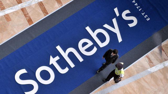Une entrée de la maison de vente aux enchères Sotheby's [Mike Clarke / AFP/Archives]