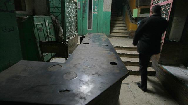 Une vue intérieure, datant de 2009, de l'hôtel abandonné du Caire, en Egypte, où aurait vécu le criminel nazi Aribert Heim [Cris Bouroncle / AFP/Archives]