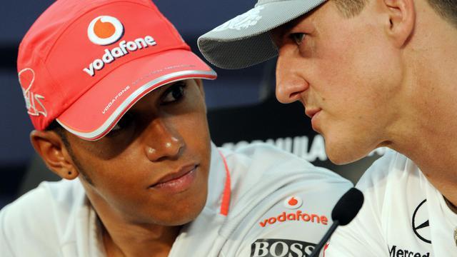 Lewis Hamilton discute avec Michael Schumacher lors de la conférence de presse du Grand Prix du Japon le 7 octobre 2010. [Toshifumi Kitamura / AFP]