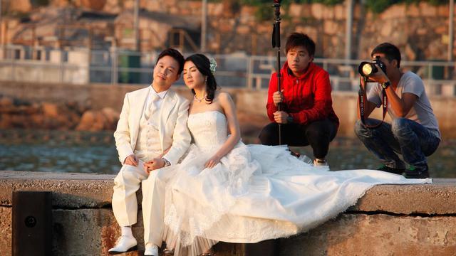 Mariés, à Hong Kong, le 29 octobre 2010 [Ed Jones / AFP/Archives]
