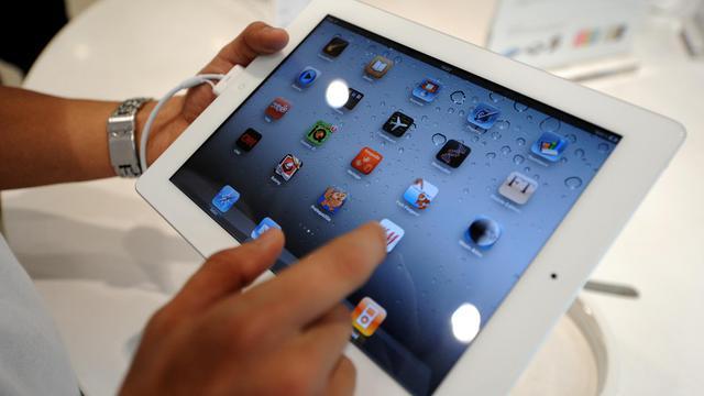 Un homme manipule une tablette [Noel Celis / AFP/Archives]