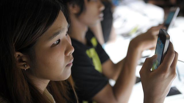 Des personnes essaient des smartphones [Christophe Archambault / AFP/Archives]