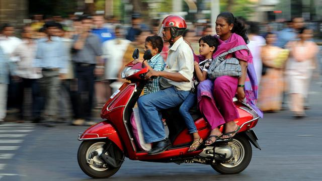 Une famille indienne sur un scooter à Bombay [Indranil Mukherjee / AFP/Archives]