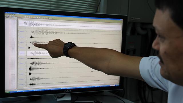 Un volcanologue montre un sismographe à Manille le 6 février 2012 [Ted Aljibe / AFP/Archives]