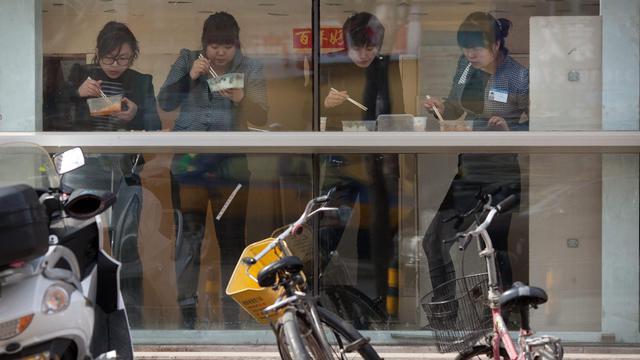 Des femmes déjeunent le 17 février 2012 à Pékin [Ed Jones / AFP/Archives]