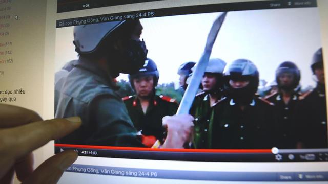 Une photo d'une vidéo téléchargée sur un blog vietnamien lors d'une opération de la police pour expulser des paysans, le 24 avril 2012, dans le village de Van Giang [Hoang Dinh Nam / AFP/Archives]