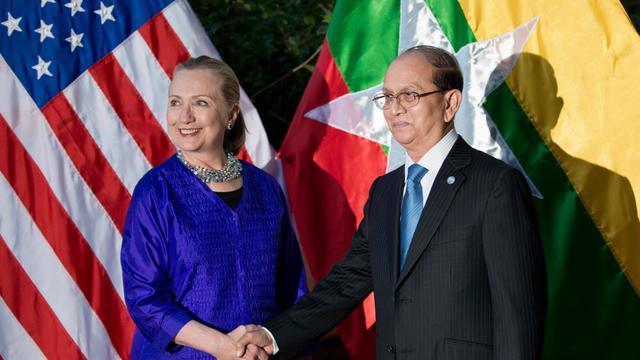 Le président birman Thein Sein (d) et la secrétaire d'Etat américaine Hillary Clinton, le 13 juillet 2012 à Siem Reap [Brendan Smialowski / AFP/Archives]