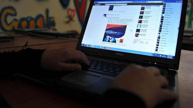 Une internaute sur Facebook [Shah Marai / AFP/Archives]