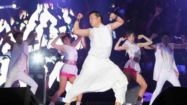 """Park Jae-Sang (c), aussi connu sous son nom de scène de """"Psy"""", sur scène le 3 août 2012, à Yeosu, en Corée du sud [ / Expo 2012 Yeosu/AFPArchives]"""