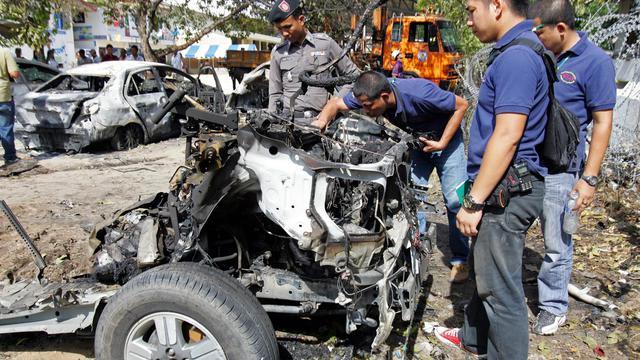 Des policiers examinent la carcasse d'une voiture piégée qui a explosé en août 2012 dans la province de Pattani, en Thaïlande [Tuwaedaniya Meringing / AFP/Archives]