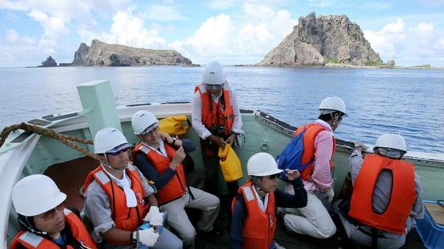 Le gouvernement japonais a décidé d'acheter à des particuliers japonais un groupe d'îles qui sont énergiquement revendiquées par la Chine, ont rapporté mercredi deux des principaux quotidiens japonais.[JIJI PRESS]