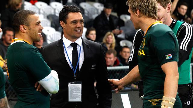 Le Néo-Zélandais Dan Carter discute avec les Sud-Africains Bryan Habana et Jean de Villiers (à droite), lors de la rencontre de Four Nations entre les deux pays, le 15 septembre 2012 à Dunedin. [Marty Melville / AFP]