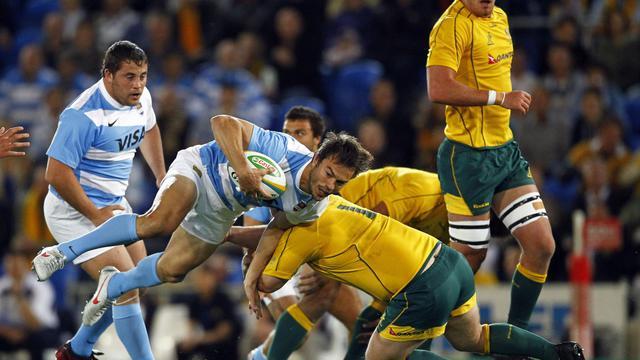 L'Argentin Juan Martin Hernandez (g) plaqué par l'Australien Benn Robinson dans un match du Four Nations le 15 septembre 2012 à Gold Coast [Patrick Hamilton / AFP]