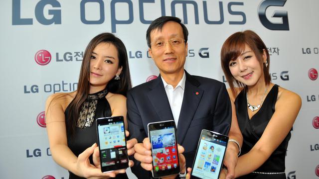 Le direteur de la branche mobiles de LG, Park Jong-Seok (c), présente l'Optimus G, le 18 septembre à Séoul [Jung Yeon-Je / AFP]