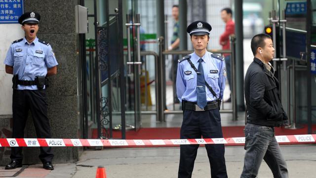 Un policier le 18 septembre 2012 à l'entrée du tribunal où se déroule le proçès de Wang Lijun à Chengdu [Goh Chai Hin / AFP]