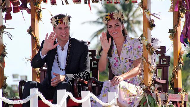 Le prince William et son épouse Kate quittent Funafuti, principal atoll de Tuvalu, le 19 septembre 2012 [Tony Prcevich / AFP]