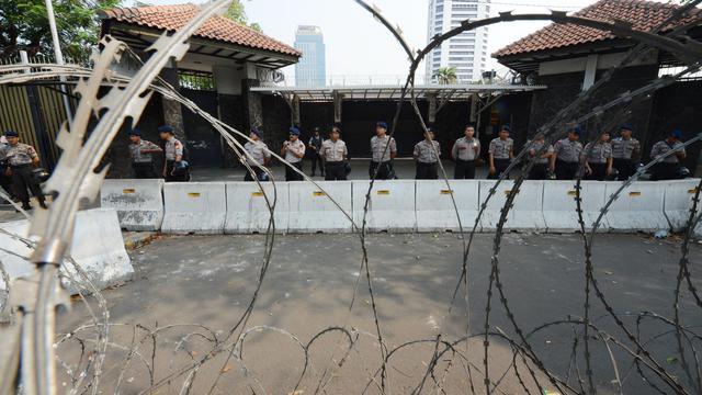 Des policiers indonésiens montent la garde devant l'ambassade des Etats-Unis à Jakarta, le 19 septemrbe 2012 [Adek Berry / AFP]