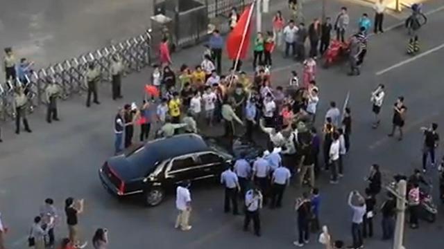 Capture d'image d'une vidéo réalisée le 17 septembre 2012 par le dissident chinois Ai Weiwei de manifestants s'en prenant à la voiture de l'ambassadeur américain à Pékin [Ai Weiwei / Courtesy of Ai Weiwei/AFP]