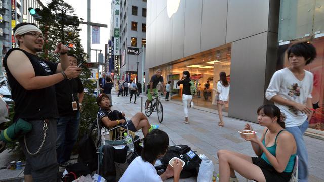 Des Japonais attendent devant un Apple store pour acquérir le nouvel iPhone 5, le 20 septembre 2012 à Tokyo [Yoshikazu Tsuno / AFP]