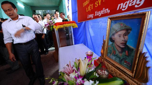 Un proche du soldat Vu Dinh Doan, tué il y a 46 ans, pleure pendant la cérémonie de remise de son journal à la famille, le 21 septembre 2012 à Hai Duong [Hoang Dinh Nam / AFP]