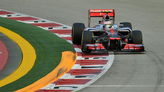Le Britannique Lewis Hamilton au volant de sa monoplace McLaren lors des essais libres du GP de Singapour, le 22 septembre 2012. [Punit Paranjpe / AFP]