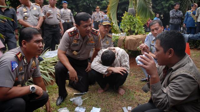 Des policiers indonésiens prennent les dépositions de rescapés du naufrage d'un ferry, le 26 septembre 2012 à Cilegon [ / AFP]