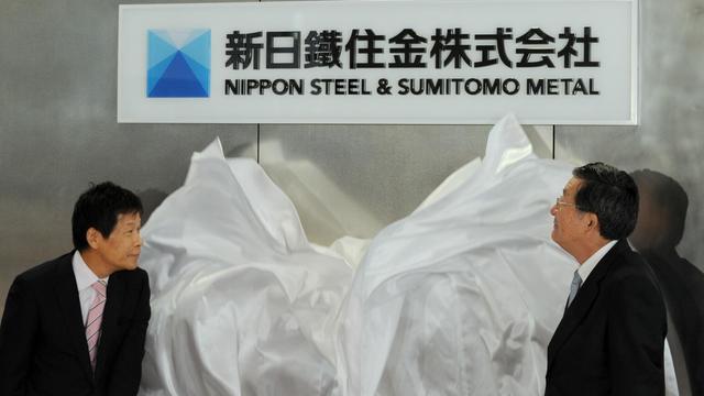 Les dirigeants de Nippon Steel & Sumitomo Metal Corporation dévoilent la plaque du nouveau géant de l'acier, le 1er octobre 2012 à Tokyo [Yoshikazu Tsuno / AFP]