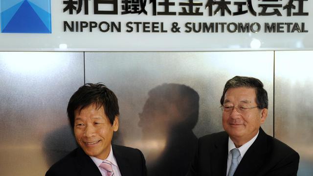 Shoji Muneoka, directeur général de l'ex-Nippon Steel (d) et Hiroshi Tomono, ex-président de Sumitomo Metal Industries, le 1er octobre 2012 à Tokyo [Yoshikazu Tsuno / AFP]