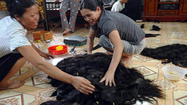 Des femmes trient des cheveux le 26 septembre 2012 à Binh An [Hoang Dinh Nam / AFP]