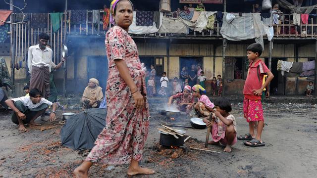 Des familles rohingyas dans un centre pour personnes déplacées près de Sittwe, dans l'ouest de la Birmanie, le 11 octobre 2012 [Christophe Archambault / AFP/Archives]