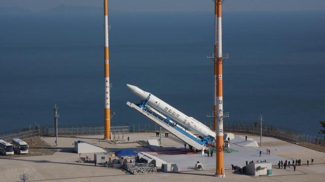 Photo fournie le 29 janvier 2013 par l'Institut de recherches aérospatiales sud-coréennes montrant le lanceur KSLV-I à la base de Naro, en Corée du Sud [ / Kari/AFP]