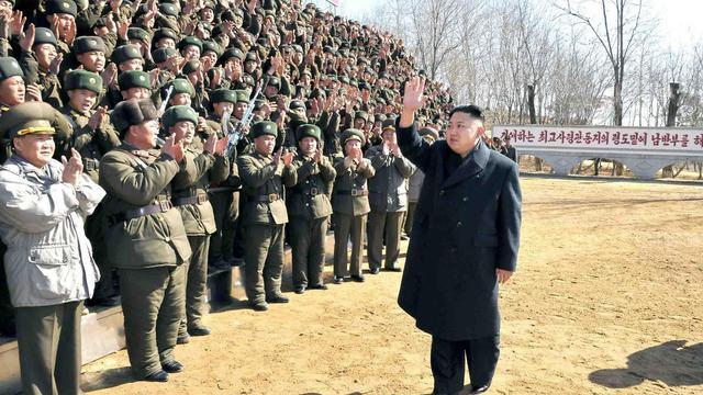 Le dirigeant nord-coréen Kim Jong-Un passe en revue les troupes le 23 mars 2013, dans un lieu non précisé [ / KNS/KCNA/AFP/Archives]