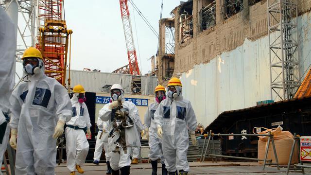 Une photo de l'AIEA montre, le 17 avril 2013, des membres de l'Agence quitant la centrale nucléaire de Fukushima [ / AIEA/AFP/Archives]