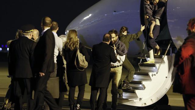 François Hollande accueille la famille Moulin-Fournier après leurs deux mois de captivité au Cameroun le 20 avril 2013 [Kenzo Tribouillard / AFP/Archives]
