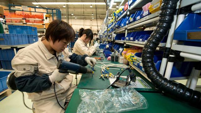 Des employés travaillent dans une usine de Bernard Controls, une entreprise française, le 25 avril 2013 à Pékin [Ed Jones / Pool/AFP/Archives]